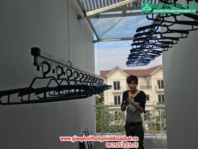Nhân viên lắp đặt giàn phơi thông minh Hòa Phát tại Vincom