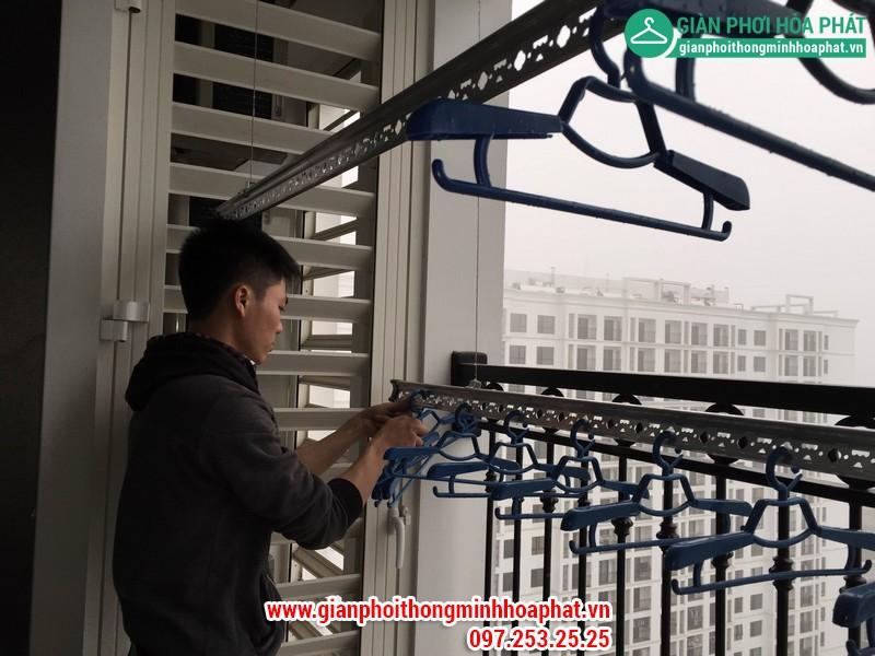 NV kỹ thuật tiến hành lắp đặt giàn phơi tại chung cư Times City