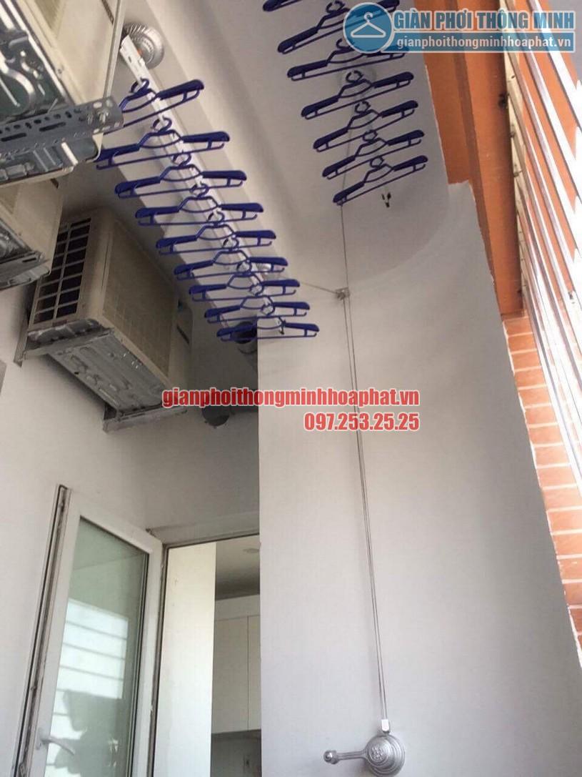 Ban công gọn gàng nhờ lắp giàn phơi nhà chị Giang P1605 CT2B, Nghĩa Đô, Cầu Giấy, Hà Nội-01