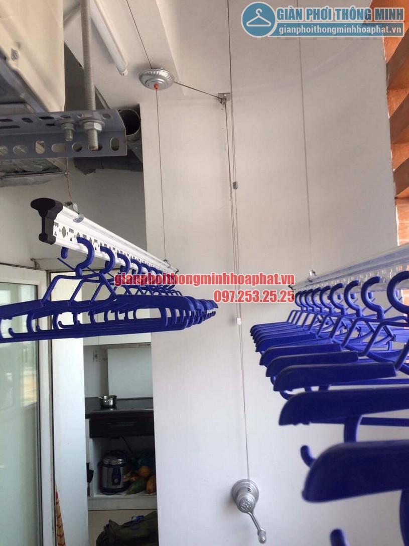 Bộ tời - tay quay giàn phơi được đặt ngay lối ra vào tiện lợi cho việc sử dụng -02