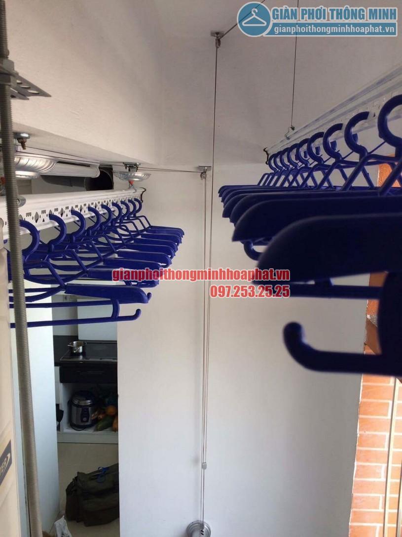 Ban công gọn gàng nhờ lắp giàn phơi nhà chị Giang P1605 CT2B, Nghĩa Đô, Cầu Giấy, Hà Nội-04