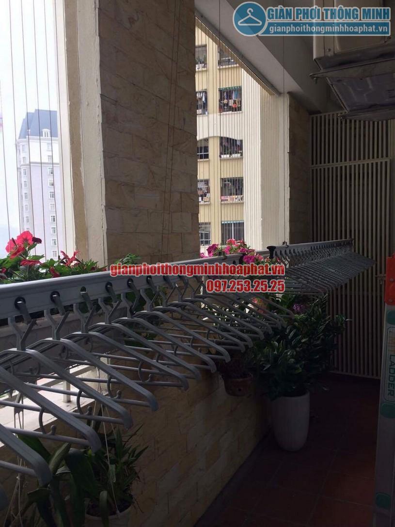 Không gian ban công ngập tràn hoa và cây cảnh sau khi lắp đặt giàn phơi quần áo-05