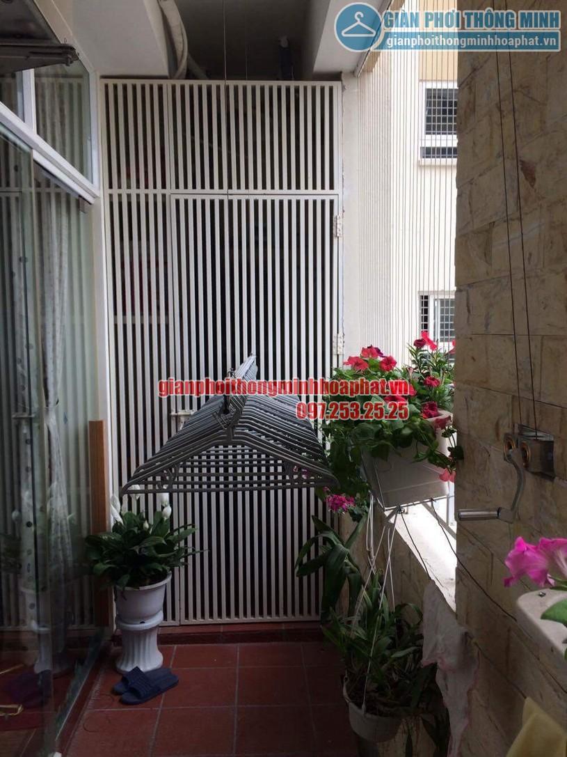 Không gian ban công ngập tràn hoa và cây cảnh sau khi lắp đặt giàn phơi quần áo-01