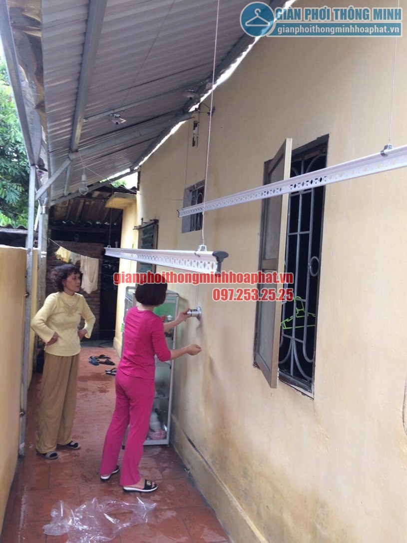 Hình ảnh bộ giàn phơi thông minh HP950 được lắp đặt dưới mái tôn chéo-01
