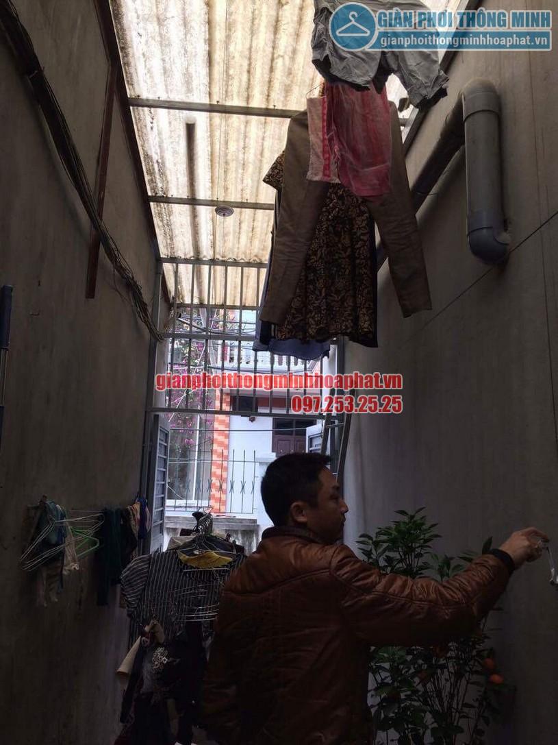 Sau khi lắp đặt hoàn thiện anh Khanh đang dùng thử bộ giàn phơi HP999B-02