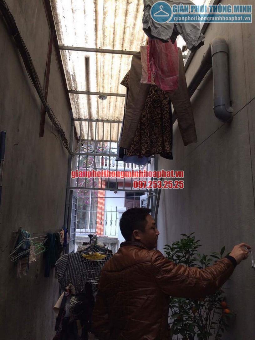 Sau khi lắp đặt hoàn thiện anh Khanh đang dùng thử bộ giàn phơi HP999B-03