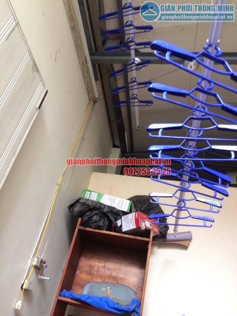 Sau khi giàn phơi được lắp đặt khoảng ban công nhà anh tận dụng để được rất nhiều đồ khác-01