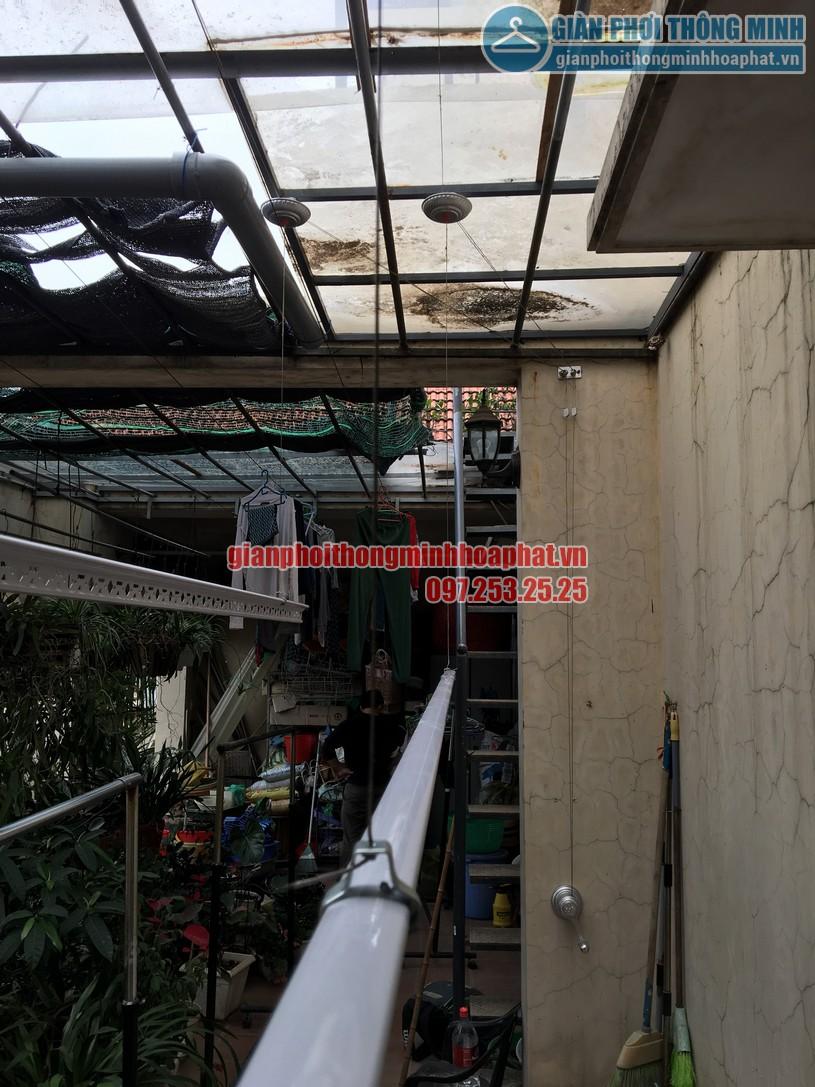 Không gian phơi nhà anh Hùng trên nền mái thép kính khi lắp giàn phơi-04