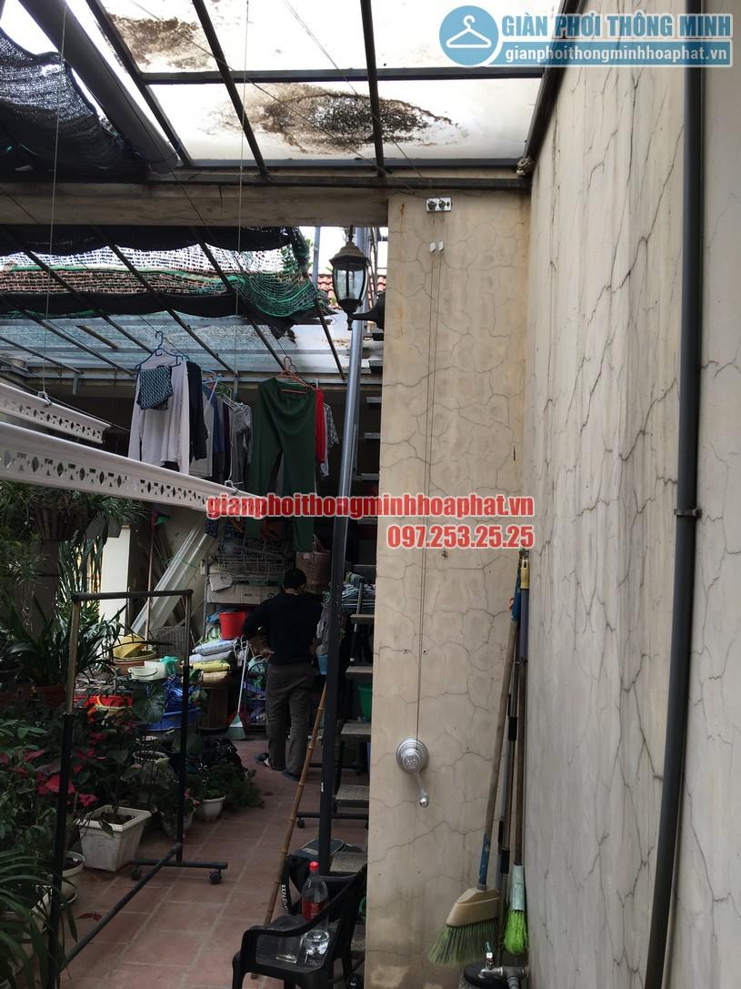 Không gian phơi nhà anh Hùng trên nền mái thép kính khi lắp giàn phơi-02