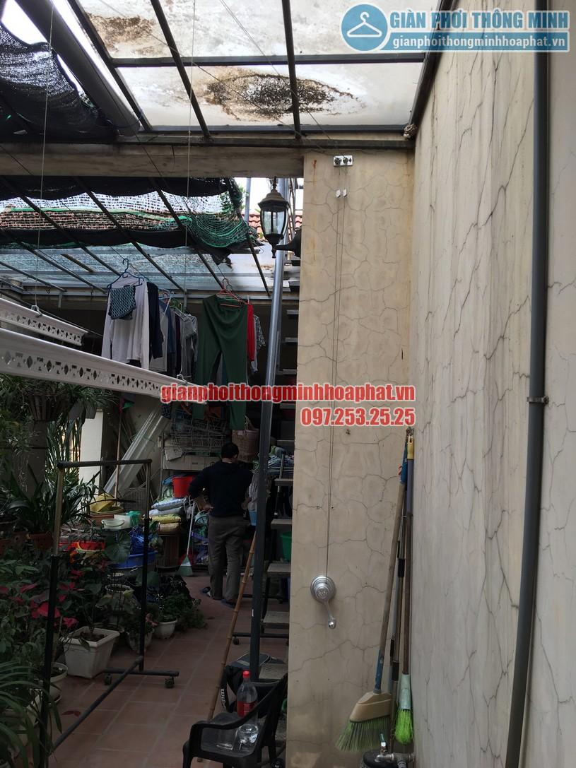 Không gian phơi nhà anh Hùng trên nền mái thép kính khi lắp giàn phơi-03