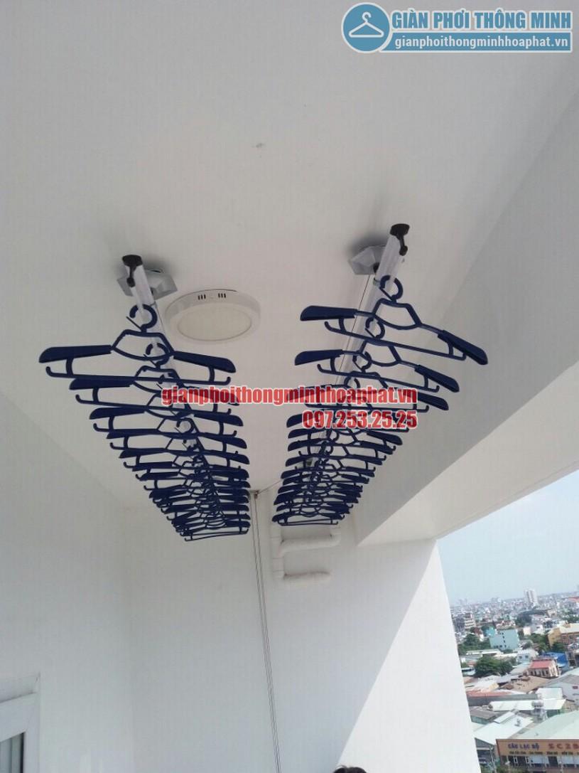 Hai thanh phơi làm bởi inox cao cấp được kéo gọn gàng trên cao, giữ quần áo không bị bay dù trời mưa hay gió to-01
