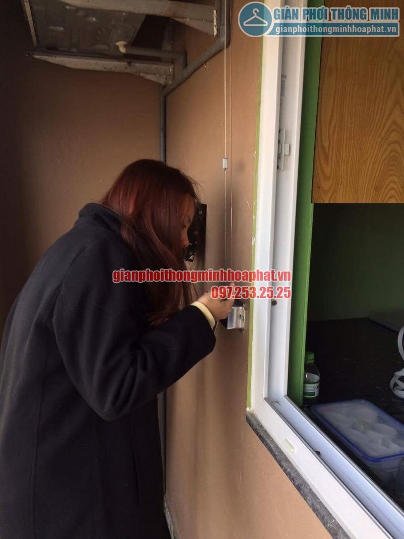 Chị Hiền đang dùng thử tay quay bộ giàn phơi HP888B-01