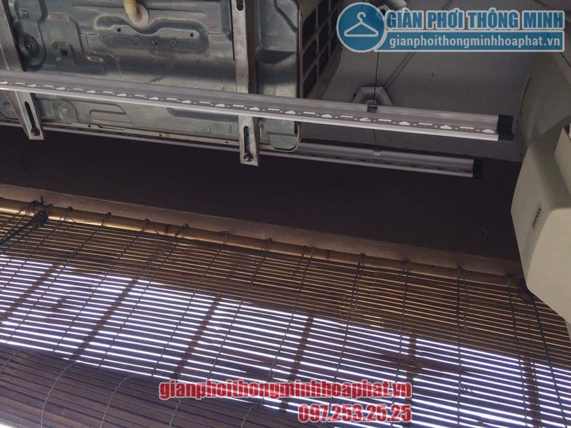 Một thanh phơi được đặt dưới 3 cục nóng điều hòa-02