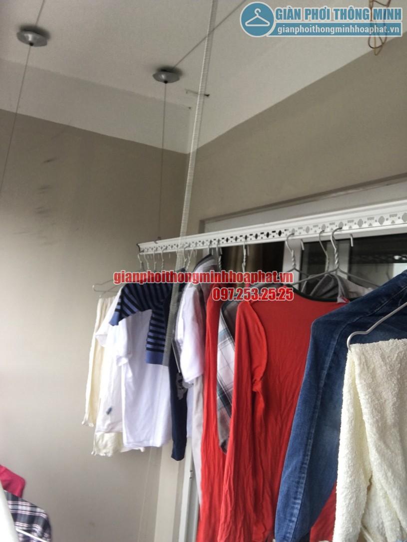 Quần áo đã được treo lên để thử tải trọng lên tới 60kg của giàn phơi HP950-05