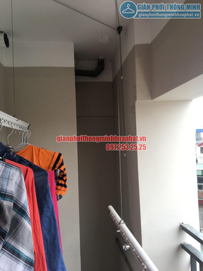 Quần áo đã được treo lên để thử tải trọng lên tới 60kg của giàn phơi HP950-02