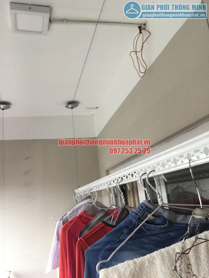 Quần áo đã được treo lên để thử tải trọng lên tới 60kg của giàn phơi HP950-04