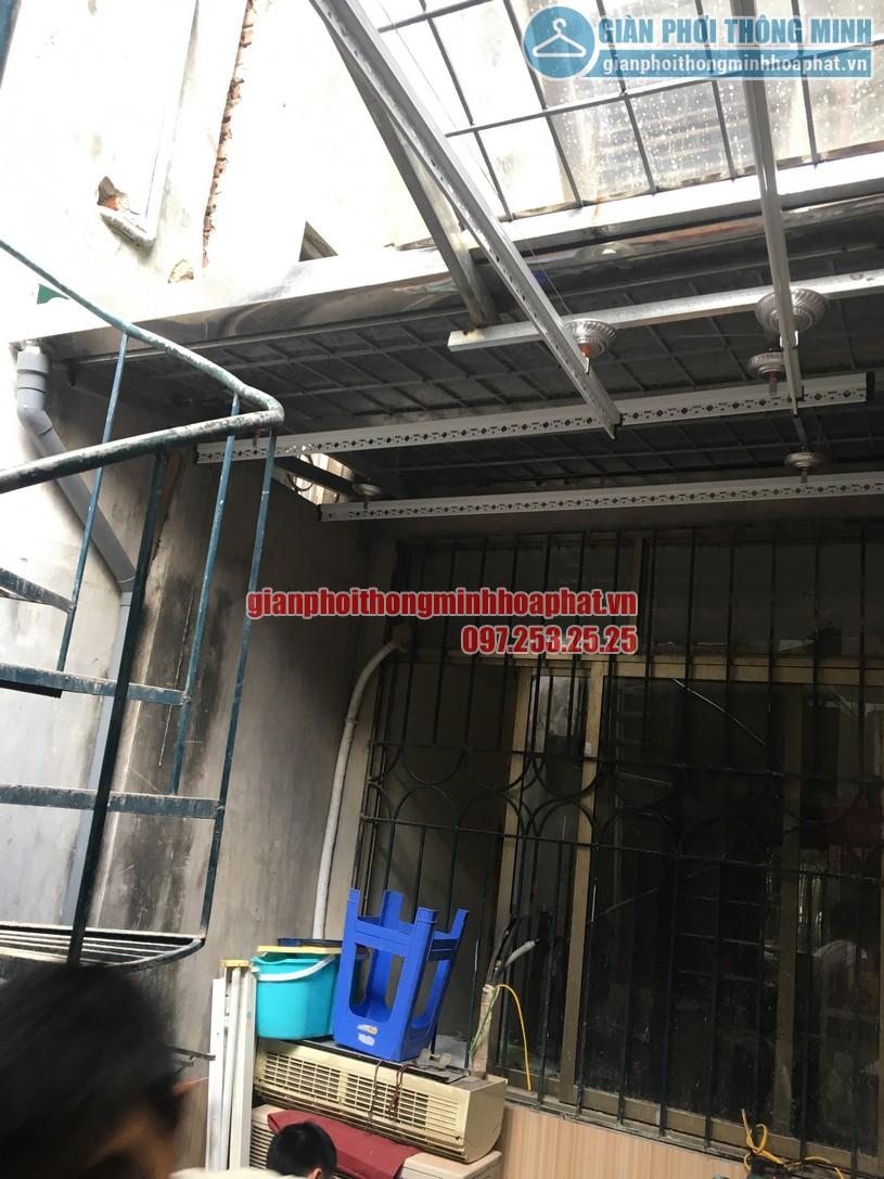 Hai bộ giàn phơi được lắp tại 2 không gian mái kính và mái tôn-02
