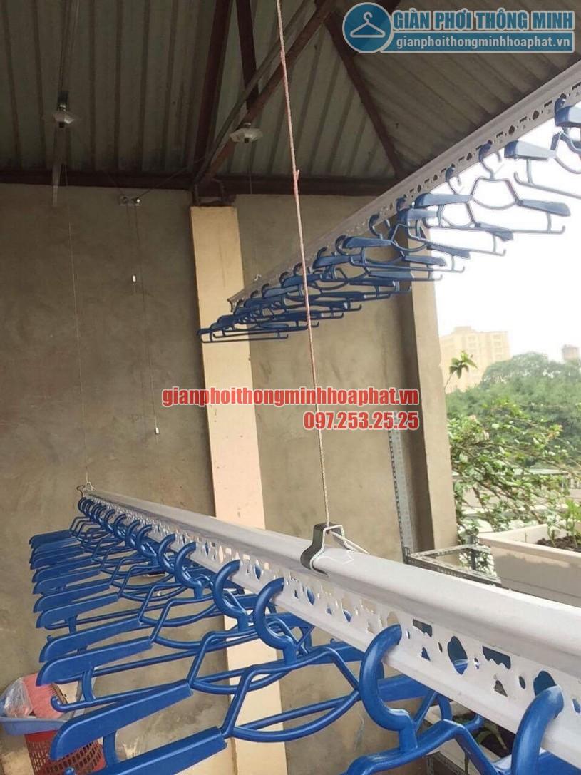 Một thanh ngang đã được thiết kế thêm khi lắp đặt giàn phơi tại trần mái tôn chéo-01