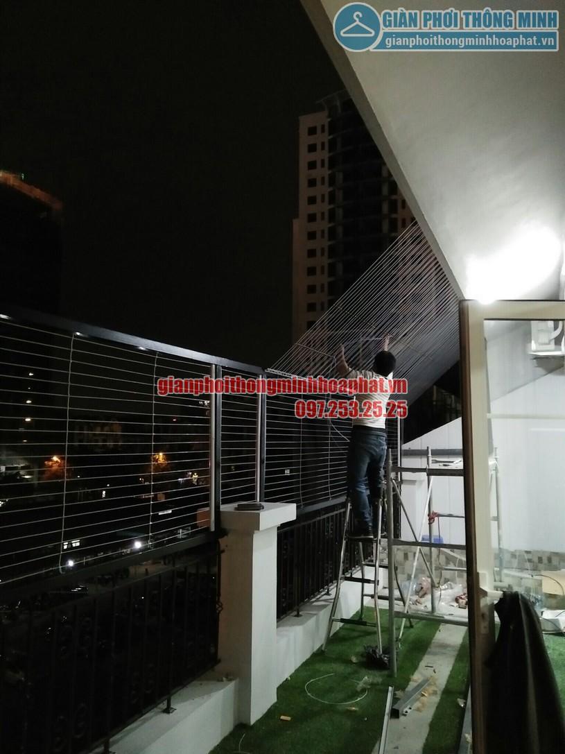 Dù đêm muộn đội thợ chúng tôi vẫn đang cố gắng hoàn thành lưới an toàn cho nhà chú