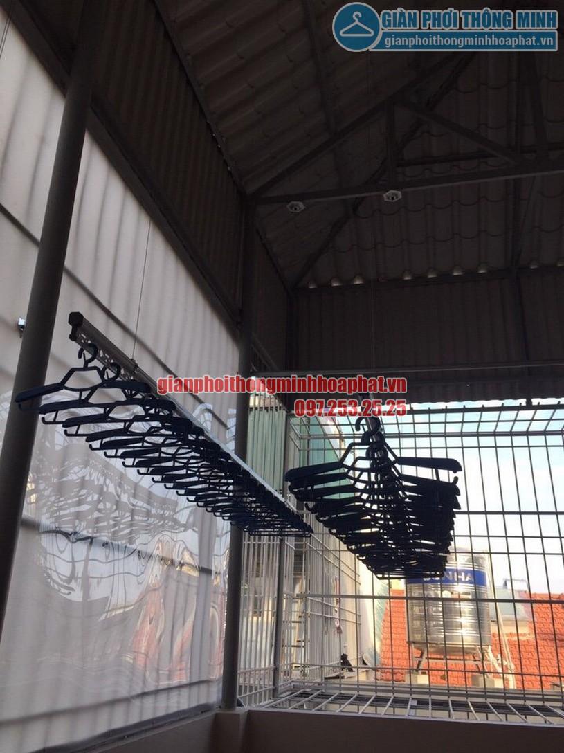 Tận dụng thanh xà ngang của mái tôn để gắn các bát phơi