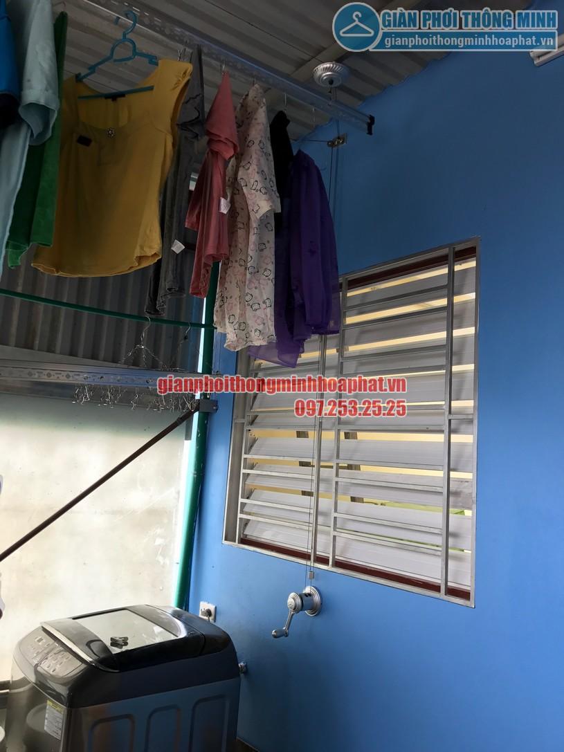 Giàn phơi gắn trần nhường lại không gian cho máy giặt và các vật dụng khác