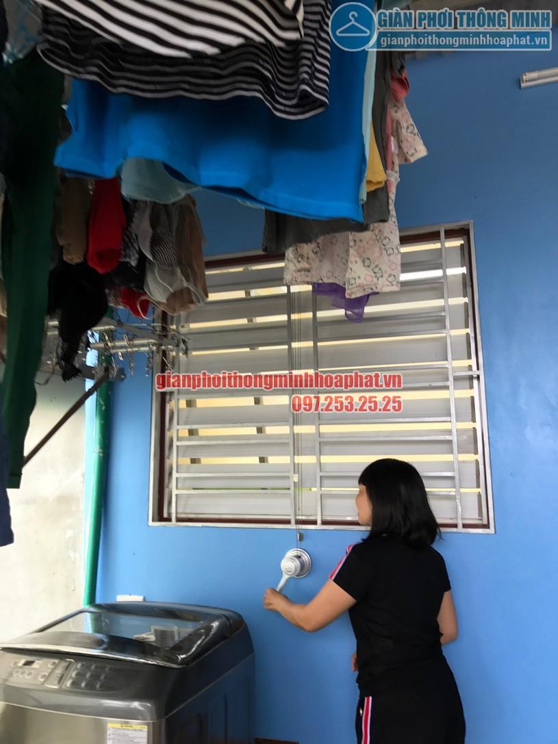 Chị liên đang dùng thử bộ giàn phơi HP950