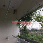 Ban công rực rỡ hoa lá nhờ lắp giàn phơi nhà cô Hương chung cư Viện 103, Văn Quán