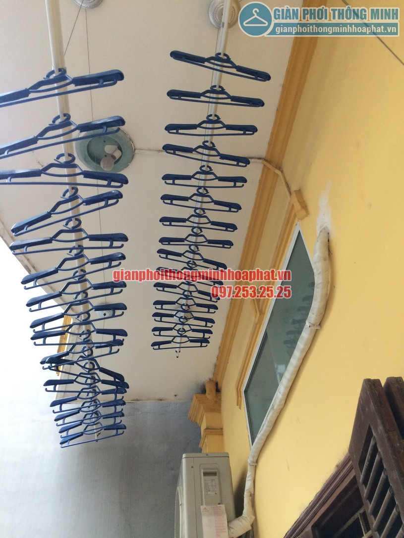 Lắp giàn phơi thông tại ban công có cục nóng điều hòa nhà chú Minh - Long Biên-03