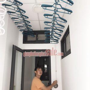 Điều khiển giàn phơi HP300 dễ dàng bằng cách quay tay quay