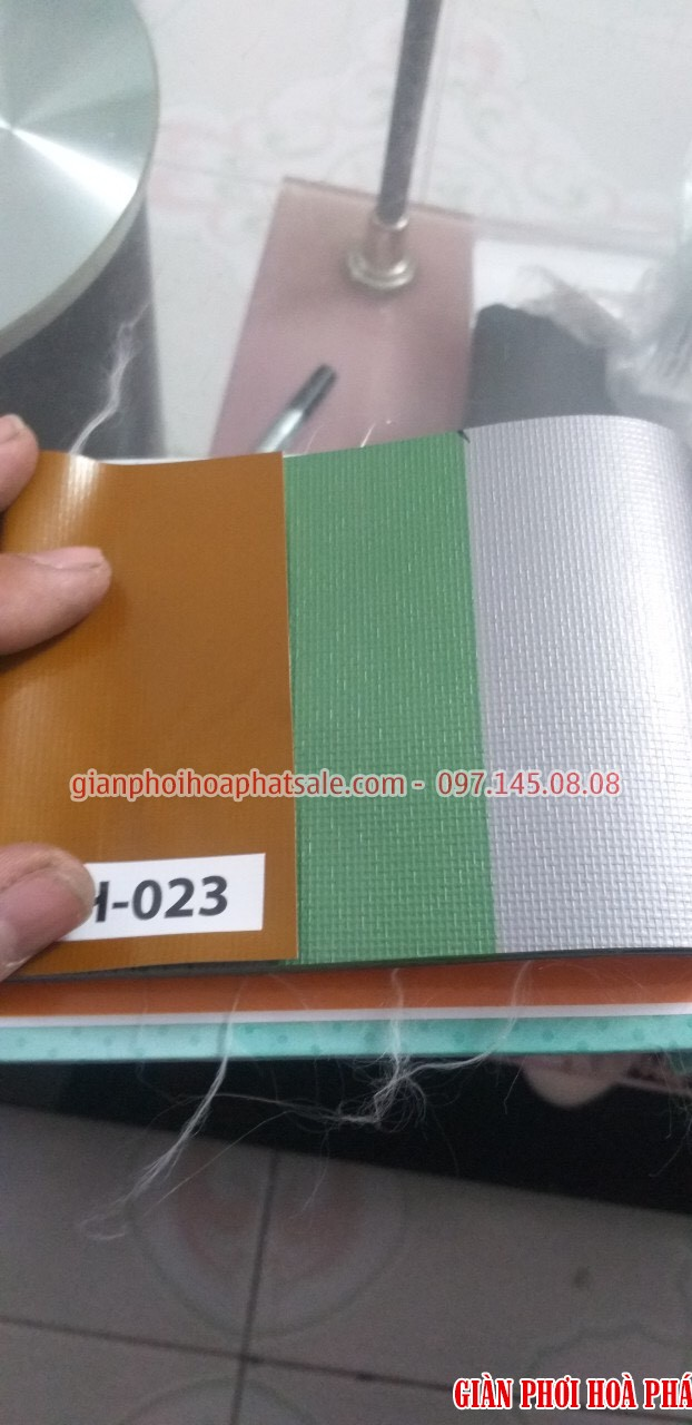 Mẫu bạt che nắng tự cuốn H023 kết hợp các màu nâu đất, xanh lá cây nhạt và màu xám